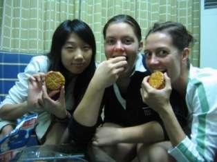 Danjie, moi, Marieke, prêtes à croquer dans nos yuebing !