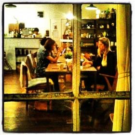 Aroom Café - Par la fenêtre